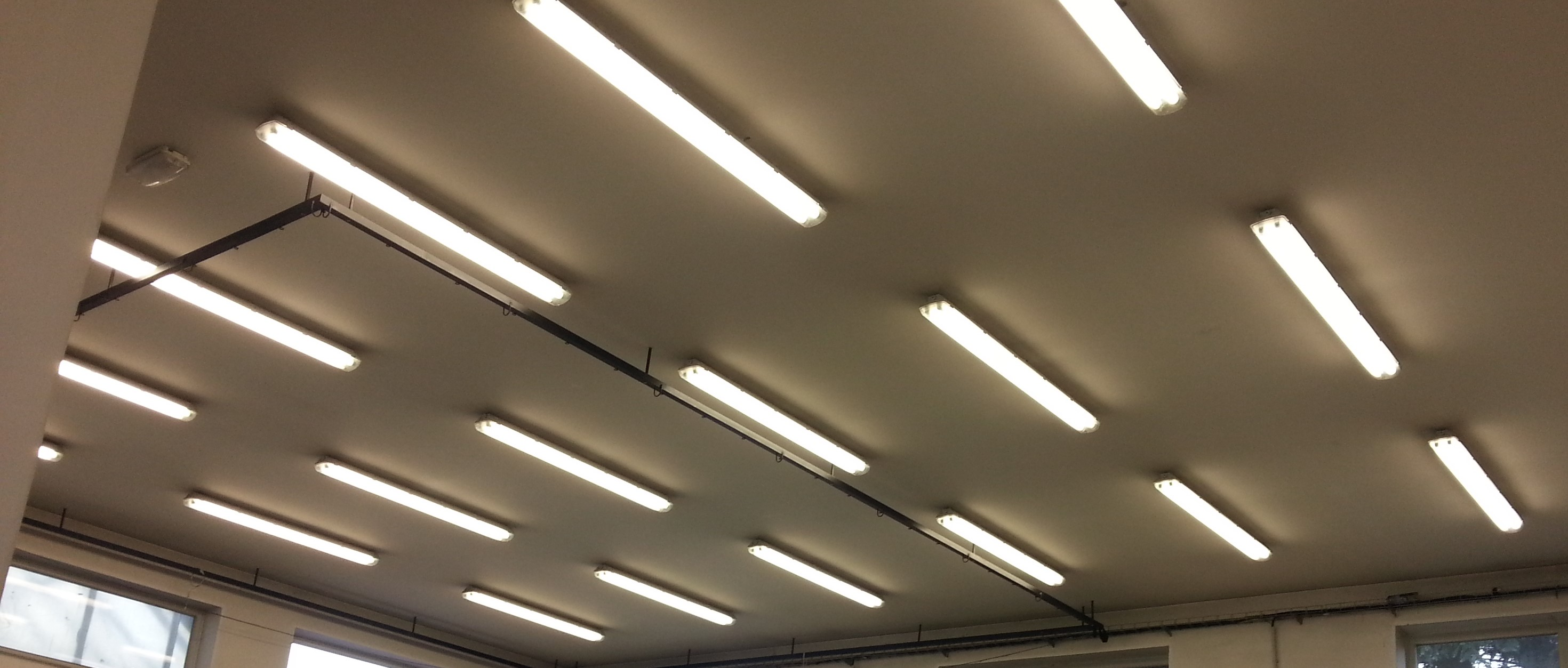 LED-zarivky_autoservis_barva_svetla_levne_kvalitni_trubice_LED_svitidla